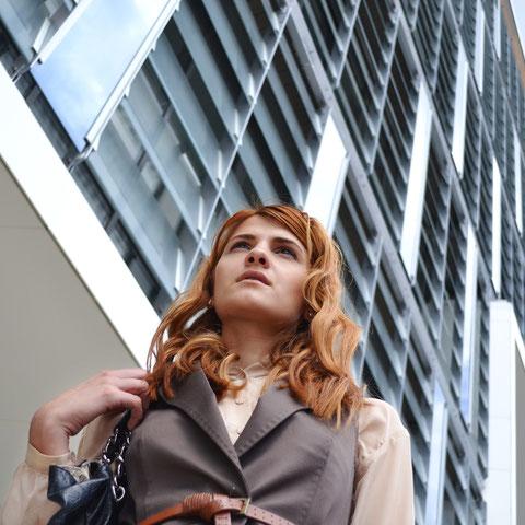 Businessfrau vor Hochhaus