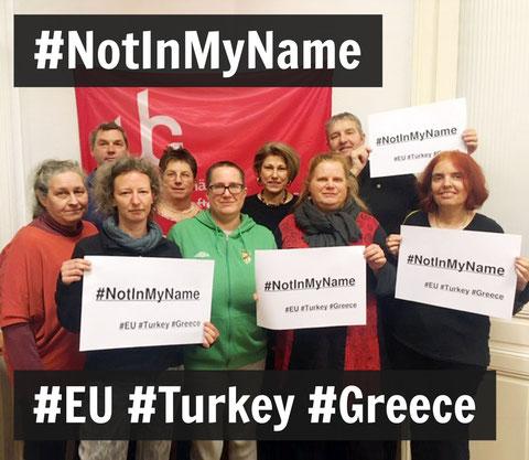 Unabhängige Gewerkschafterinnen halten Schilder mit dem Text: #NotInMyName #EU #Turkey #Greece