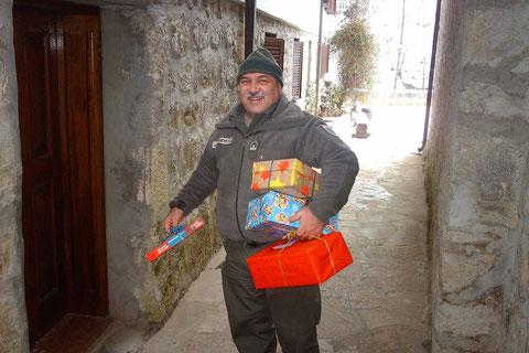 Österreichische Soldaten als Weihnachtsmänner in Bosnien.