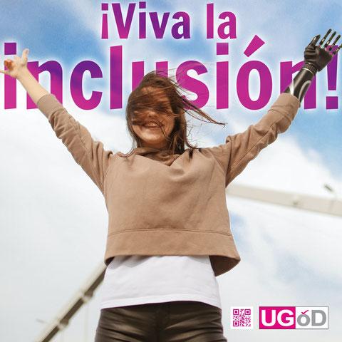 """Mädchen streckt lachend ihre Handprothese in die Höhe, dahinter steht """"Viva la inclusión!"""""""