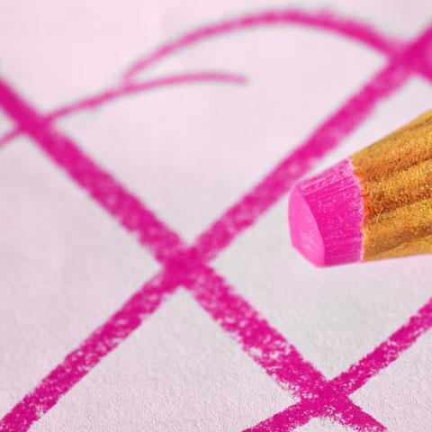 Ein Kreuzchen mit Buntstift auf Papier