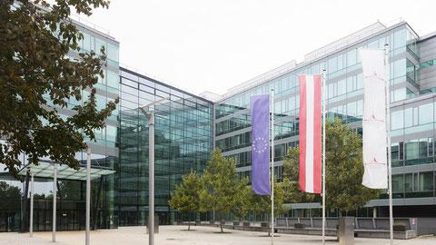 Das gläserne Hauptgebäude der Statistik Austria in Wien, Blick auf das gläserne Eingangsportal.