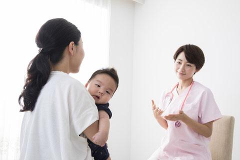 赤ちゃんの肌は乾燥しやすく、一年を通して保湿が必要になります。保湿剤はクリームタイプ、ローションタイプ、乳液、ワセリンなど色々あります。人気、おすすめと書かれた保湿剤がたくさんお店に並んでいますが、どれを選べばよいのか分からないということはありませんか。効果的な塗り方や、どのようなタイプの保湿剤を選べばよいのかなど、保健師が丁寧に教えます。アトピー性皮膚炎の予防にも、保湿が効果的な場合があります。