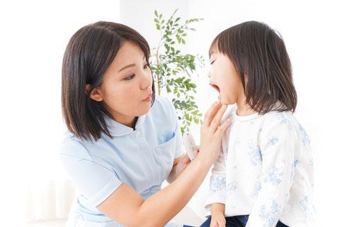 赤ちゃんは、歯の生え始めからのケアが必要です。乳歯は虫歯になりやすいため、ママの仕上げ歯磨きも必要になってきます。歯磨き粉はいつから使用するのか、おすすめの歯ブラシは何か、仕上げ磨きはどのようにするのか、キシリトールやフッ素はいつごろから使い始めるのかなど、保健師が歯のお手入れが楽しくなるコツを交えながら教えていきます。