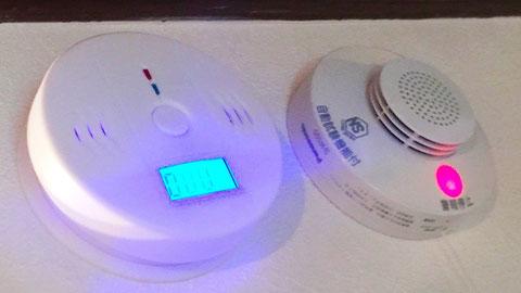 左:COアラーム、右:住宅用火災警報器(煙)
