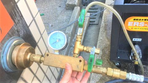 送水口の片方に、送水用圧力計キットを接続
