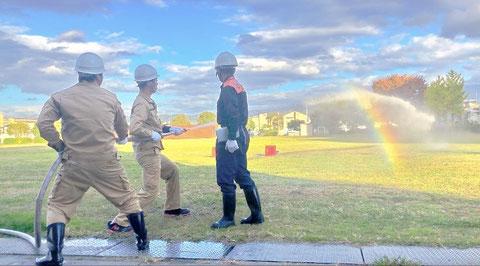 屋内消火栓の放水訓練 虹