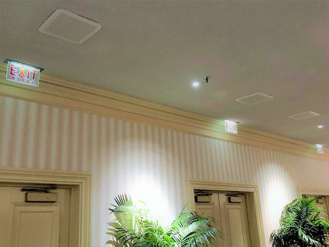 天井埋込でクリアな背景に赤いEXITの文字の誘導灯