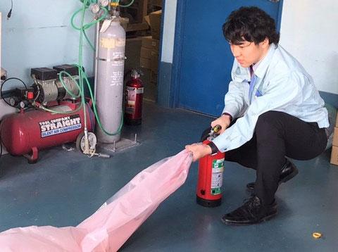 """消火器の放射能力試験をする""""消防設備士"""""""