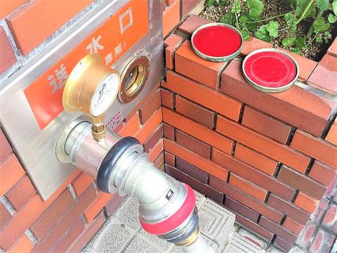 消防車とホースで繋いで建物上階へ送水