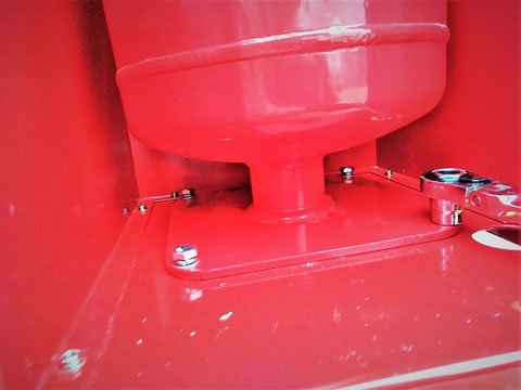 格納箱と薬剤容器を計4箇所のボルト&ナットで固定