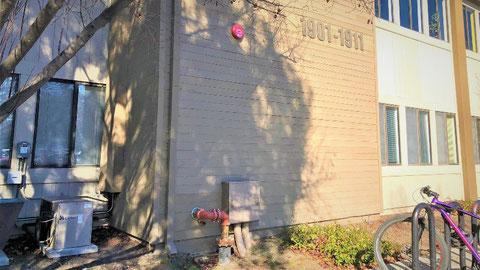 一部露出になった消防用設備配管と屋外ベル