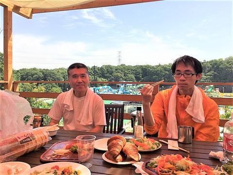 テーブルの人参と同じ色の服を着た中嶋社員