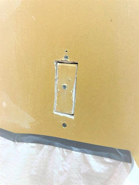 穴の形に切った石膏ボードをビス止め