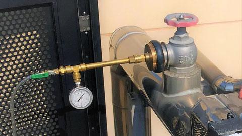 放水口に圧力計を装着して耐圧試験