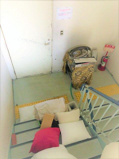 避難階段に置かれた物品