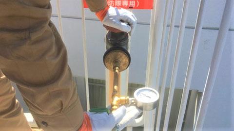 放水口(テスト弁)に圧力計を接続
