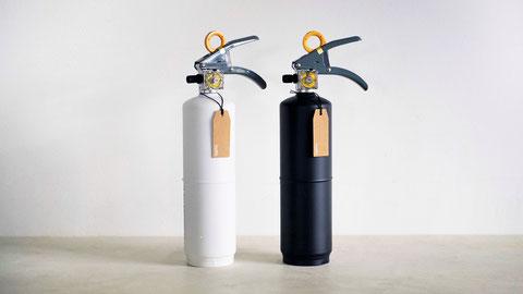 """住宅用消火器""""+maffs""""は白・黒の二色"""