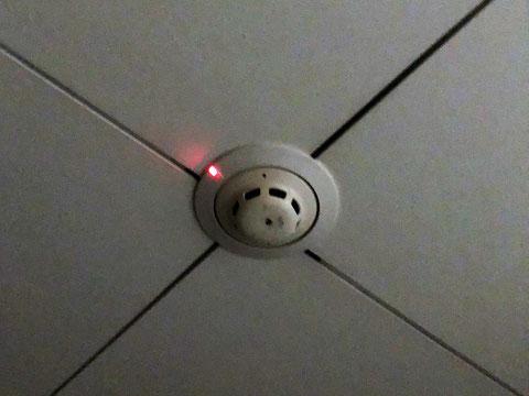 火災発報中で確認灯の点いた埋込型煙感知器