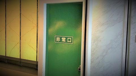 緑色で塗られた神戸市の防火戸くぐり戸
