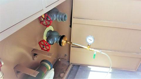 連結送水管の放水圧力計測中