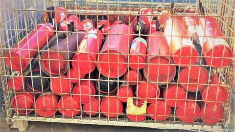 回収された廃消火器