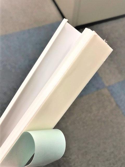 (写真2)粘着テープ付きの電線モール