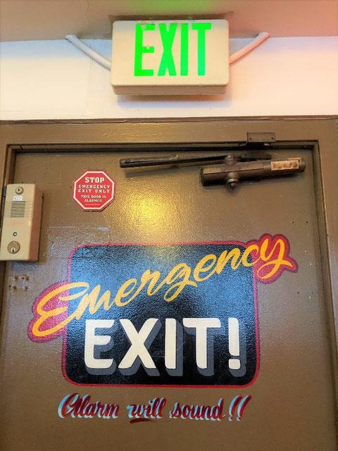 緑文字EXIT誘導灯の下にアメリカっぽいEXIT!
