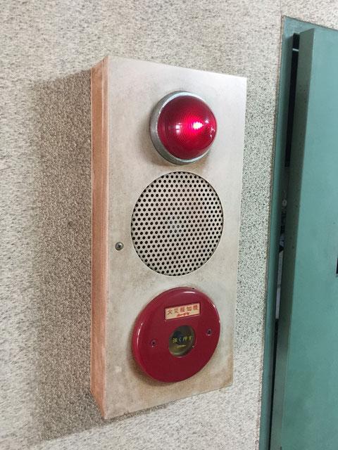 """上から""""表示灯""""""""ベル""""""""発信機""""からなる総合盤。"""