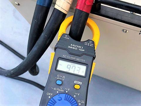 クランプメーターで電流値を計測