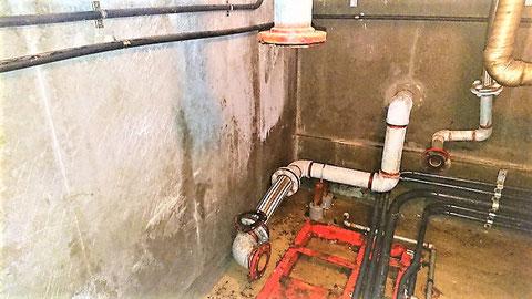 上:各階のアラーム弁へ、下:消火水槽からの配管