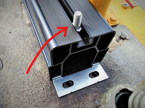 ボルトに後から移動式粉末消火設備を固定