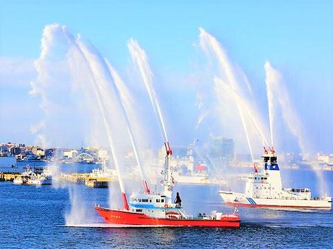 """海から吸い上げた水を噴射する""""消防艇"""""""