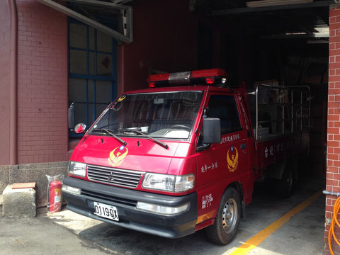 エンジ色っぽい台湾の消防車