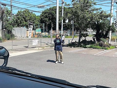"""""""肉の蔵""""外観を撮影する石崎社員"""