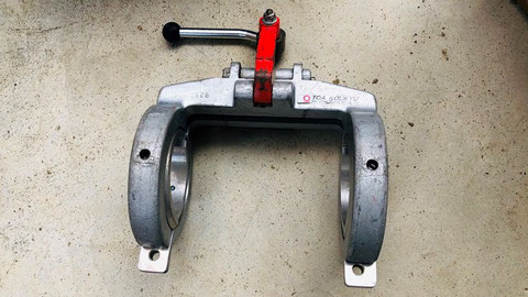 電気融着時に樹脂管を固定する金具