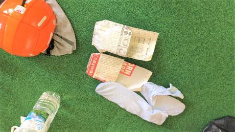 新聞紙のスリッパと中敷きの入った靴下