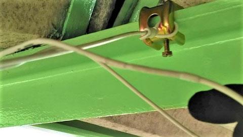 接続電線同士を専用銅スリーブで圧着