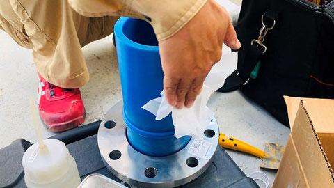 切削した箇所の汚れをアセトンで拭き 樹脂管