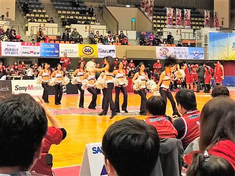 ハーフタイムショーでチアガールのダンス