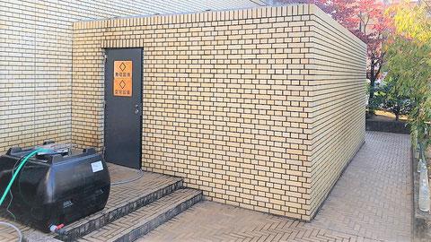 防音壁で覆われた変電設備と自家発のキュービクル
