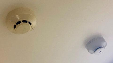 左上:自火報の煙感知器、右下:停止用の煙感知器