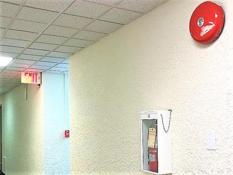赤色のEXITと>があしらわれた誘導灯