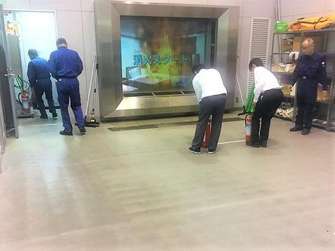 本格的な消火訓練施設にて放水訓練