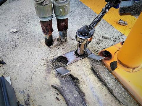 地面に残った架台を除去 移動式粉末消火設備