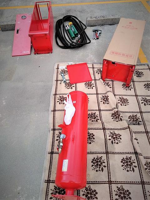 古い箱から中身を取り出す移動式粉末消火設備