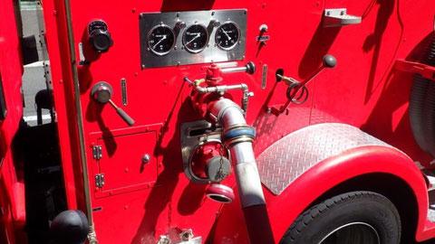 消防ポンプ車から消火用水を加圧送水