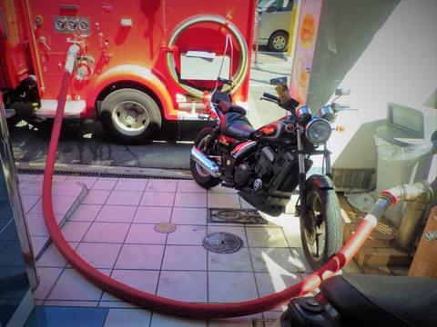 消防ポンプ車から送水口に加圧送水