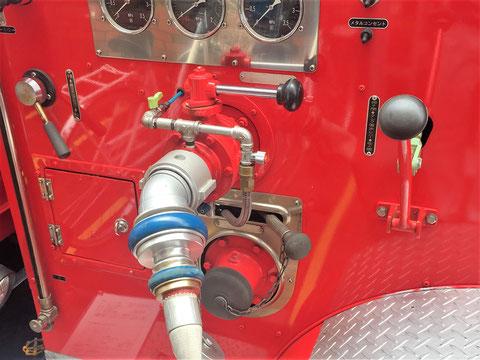 ポンプ車より送水口へ加圧送水を開始