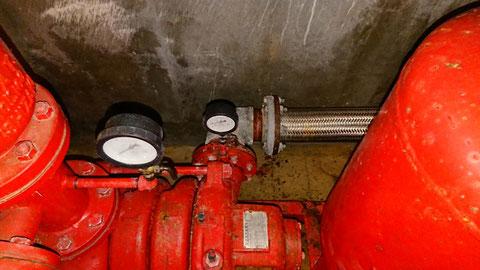 消火ポンプの側面に可とう管継手で接続